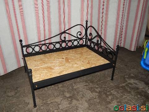 Kovana postelja za hišne ljubljenčke