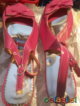 Pink lakaste sandale