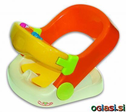 Sedež za kopanje otroka z igračkami na sprednjem delu.